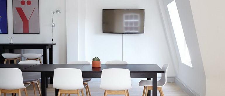 телевизор в спальне на стене фото