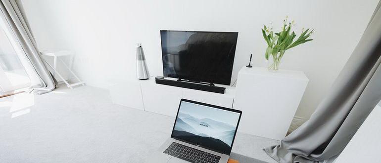 телевизор на белой тумбе