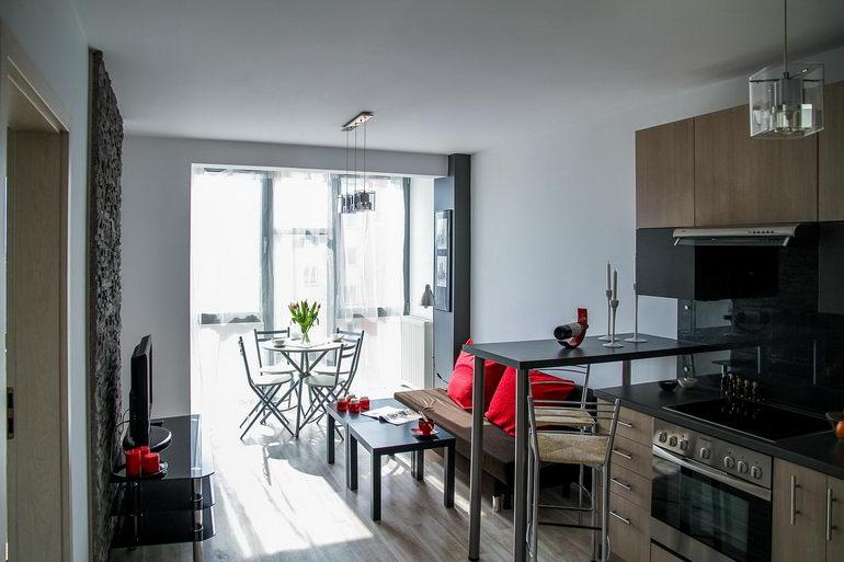 одно окно совмещенных кухни и гостиной