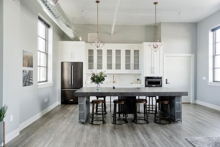 просторная кухня с гостиной