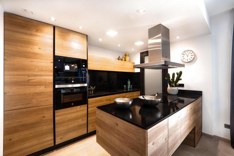 темные цвета кухни-гостиной