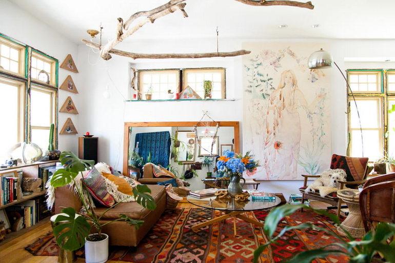 просторная гостиная с белыми стенами