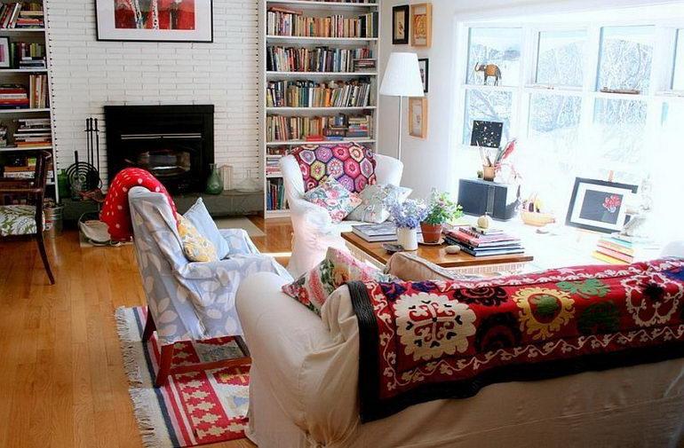 гостиная с библиотекой и множеством текстиля