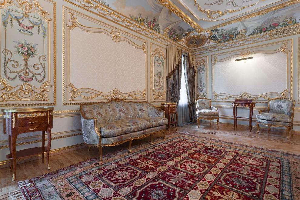 Обилие позолоты и резных узоров на мебели