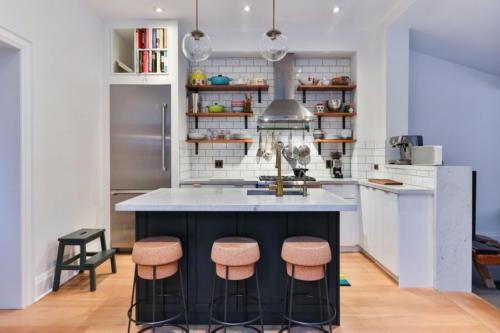 Аккуратная кухня со стульями в виде пробок