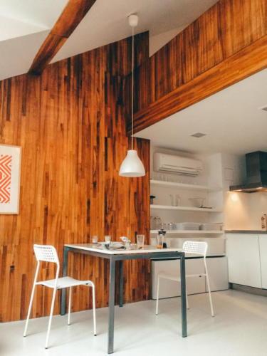 Деревянные панели и простой обеденный стол