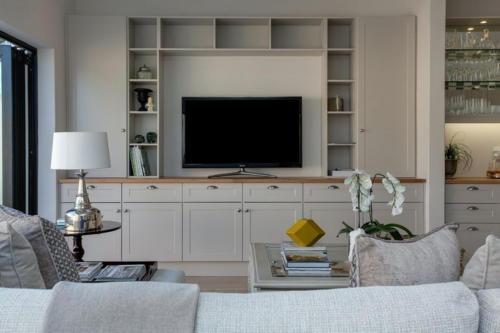 Стенка с телевизором