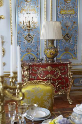 Обилие лепнины и декора в гостиной