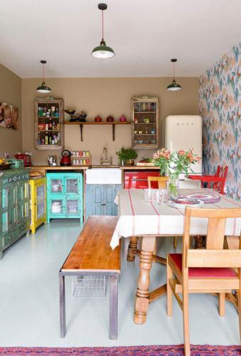 Пестрая мебель разных цветов в узкой кухне