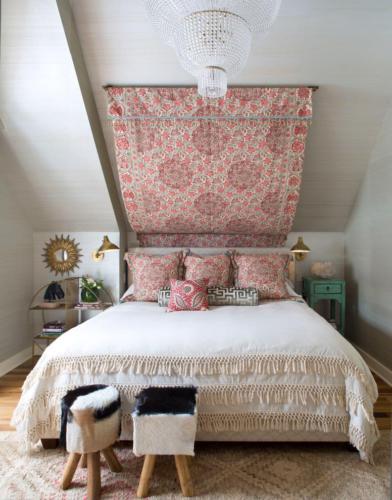 Сочетание старинного текстиля и хрустальной люстры