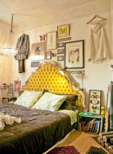 Ярко лимонное изголовье кровати