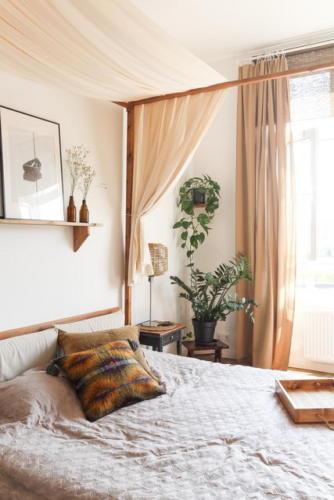 Спальня и легкий текстиль в песочных оттенках