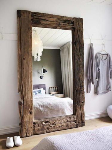 Зеркало в старинном обрамлении из ветхой древесины