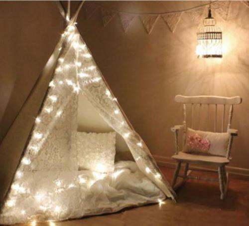 Домашняя палатка с гирляндой