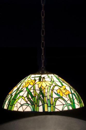 Подвесная лампа с желто-зеленым витражом