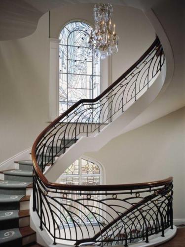 Лестница и витражное окно на второй этаж