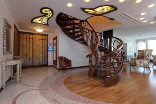 Пример спиральной лестницы и витражного потолка