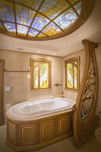 Витражные окна в ванной