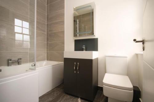 Черная тумба в белой ванной