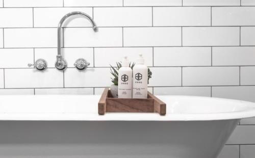 Пример ванной на фоне белой плитки